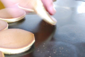 どら皮焼き、焼きあがり/銅製平鍋から取り上げます。