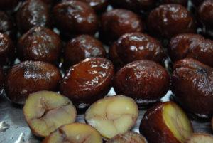 栗どら、渋皮煮カット/大きな栗渋皮煮は、半分にカットして使用します。小さな栗渋皮煮を一粒入れています。