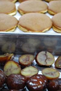 栗どら、皮と栗を用意/ふたとなる上のどら皮を取る前ですが、これから小豆餡をのせます。