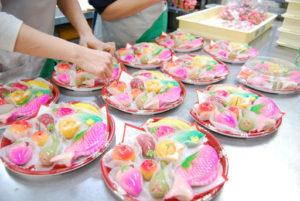 ひな祭り|雛菓子、詰め合わせ/綺麗に並べてパック詰めします