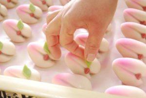 ひな祭り|雛菓子、桃/桃の葉付け作業ですね。 一つひとつ丁寧に仕上げていきます。 色合いもピンクで可愛いですね~。