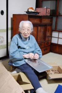 90歳代のばあちゃんが一つ一つ実と種をより分けます。但し、ばあちゃんは2012年に101歳、老衰、自宅にて亡くなりました。 余りに可愛いのでこのまま掲載しておきます。