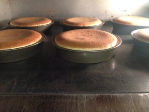 チーズケーキ、焼き上がり/200℃のオーブンで焼き上げ、一晩冷蔵庫で冷やします。