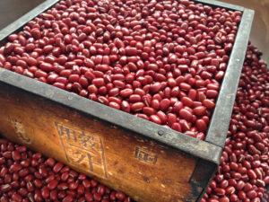 生小豆/一升枡で小豆をすくってすり切った様子