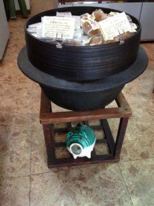 羽釜、こたつやぐら(炬燵櫓)、かとりぶた(蚊遣豚)/羽釜は、鉄製で小豆5升炊き。こたつやぐら(炬燵櫓)は、電気こたつが出る前に使用していた。今は上下逆さまになってます。かとりぶた(蚊遣豚)は、電気式が出る前の蚊取り線香を焚く時に使われた豚型の器。
