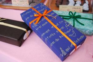 信濃屋特製 トリュフチョコ/包装例、包装紙やリボンはその時で変わります(ラッピング別料金)