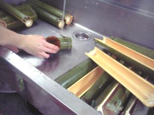 竹水、器の加工/完成した器を洗います